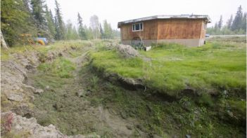 _86245618_c0257974-house_in_fairbanks_alaska_collapsing-spl