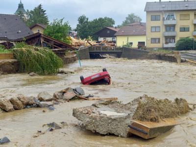 Wassermassen bahnen sich ihren Weg durch das Stadtzentrum von Simbach am Inn. Foto: Manfred Fesl